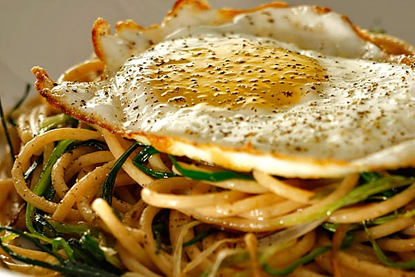 Whole wheat spaghetti with green garlic and fried egg - Sutton ...